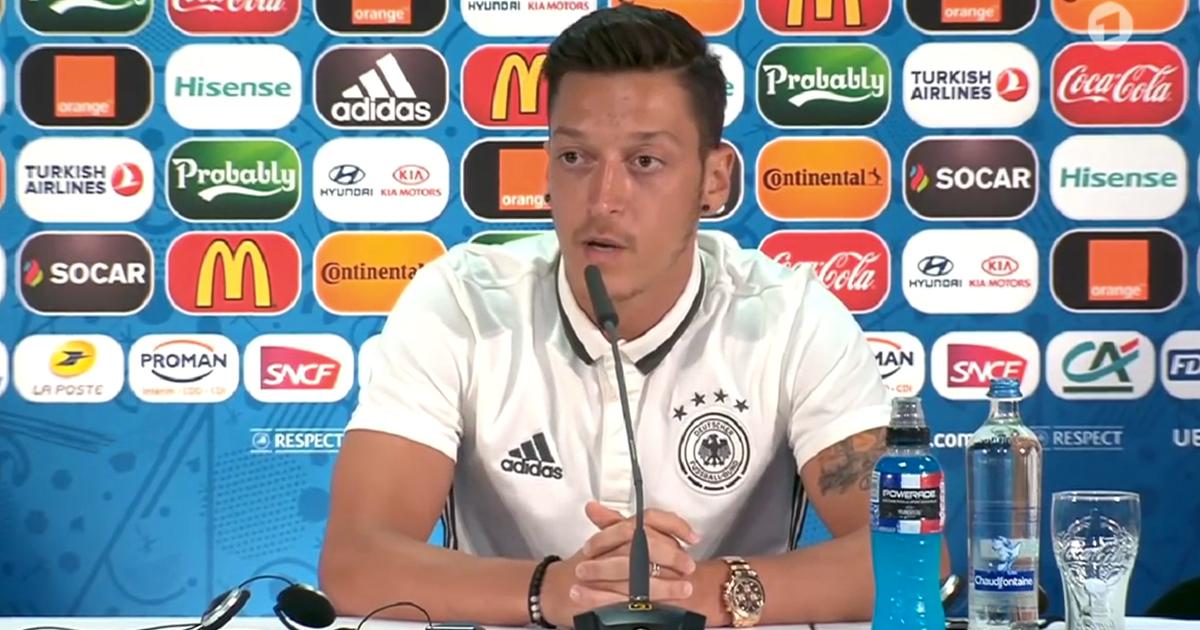 Noktara - Özil singt als Entschuldigung nachträglich die deutsche Hymne