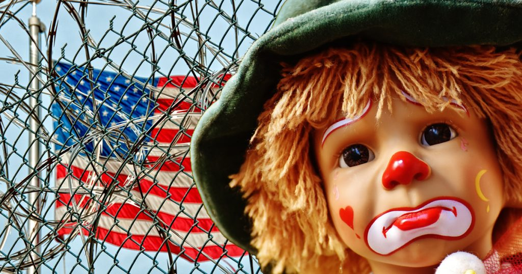 Abschiebung: Horrorclowns in Guantanamo Bay inhaftiert