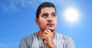 Noktara - Alhamdulillah - Schwitzender Muslim zufrieden mit dem heißen Wetter