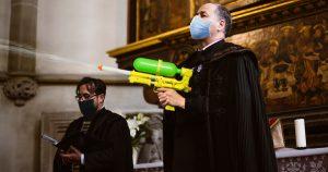 Noktara - Corona-Taufe - Priester verschießt Weihwasser mit Super Soaker