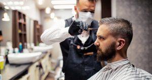 Noktara - Friseur arbeitet weiter, damit Corona-Infizierte frischen Haarschnitt bekommen