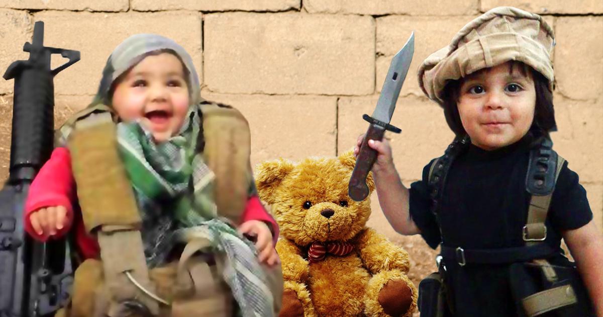 Baby-IS drohz mit Köpfung eines Teddys