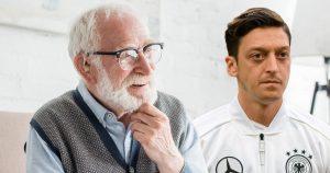 Noktara - Kniefall- Rassistischer Fußball-Fan wünscht sich Mesut Özil zurück