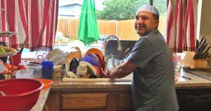 Noktara - Mann stolz, weil er zum Muttertag ausnahmsweise etwas im Haushalt tat