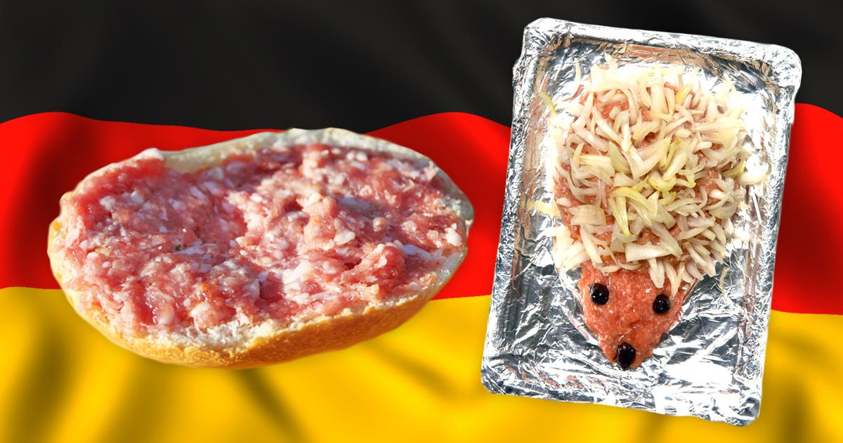 Noktara - Mettbrötchen - Alman, der rohes Schweinefleisch mit Zwiebeln frühstückt, ist angewidert von chinesischen Essgewohnheiten