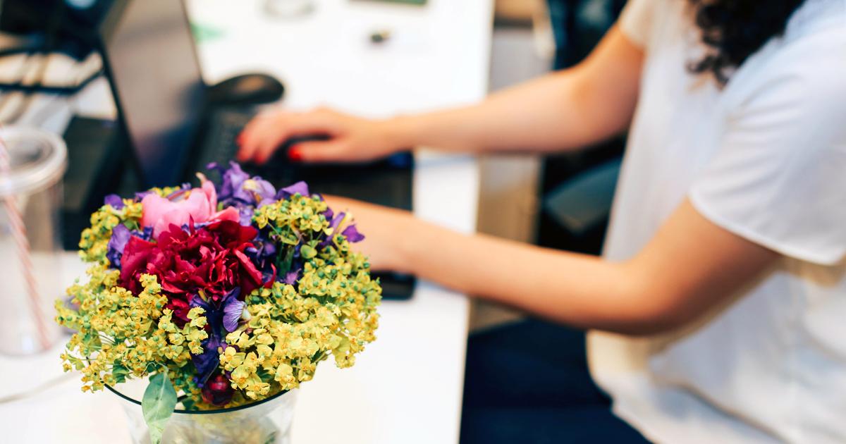 Noktara - Mitarbeiterin freut sich über Blumen, statt gleichem Lohn für gleiche Arbeit
