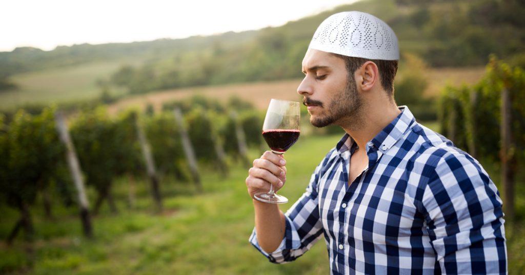 Rotwein schnüffeln in den Weinbergen.