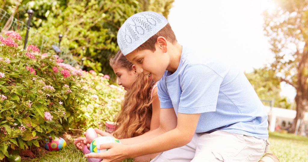 Noktara - Muslime veranstalten große Ostereiersuche in der Moschee - Grünfläche