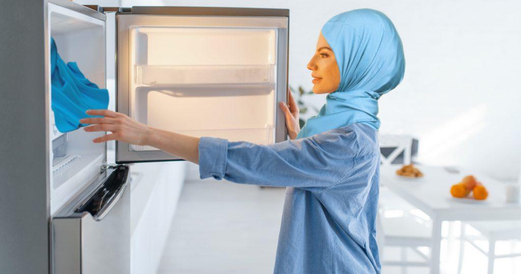 Noktara - Muslimische Frau legt Kopftuch ins Gefrierfach, um sich damit abzukühlen