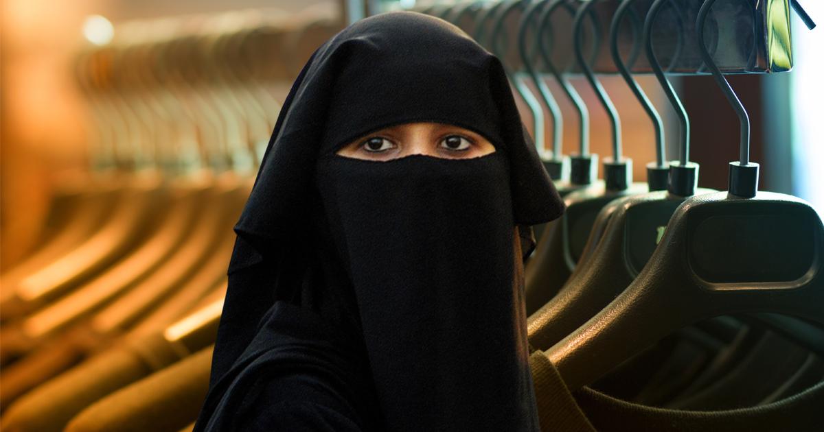 Niqabi kann sich nicht entscheiden, welchen Niqab sie anziehen soll