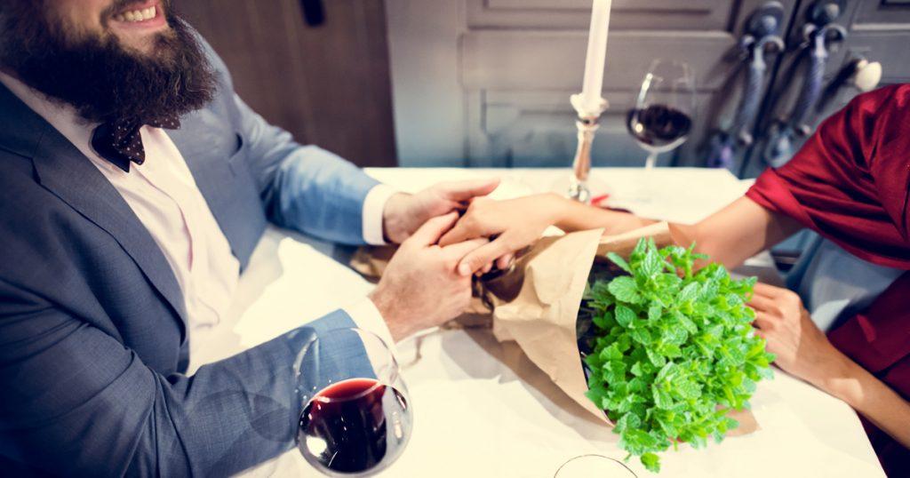 Noktara - Romantischer Marokkaner schenkt Frau Na3na3-Strauß zum Valentinstag-Kerzenlicht
