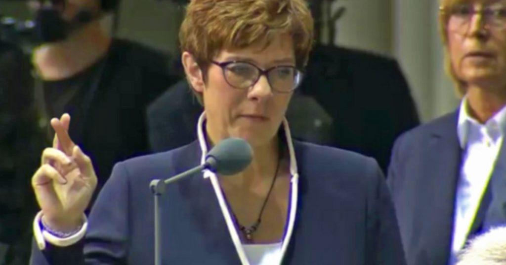 Noktara - Vereidigung - AKK kreuzt während Amtseid ihre Finger